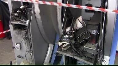 Criminosos explode caixas eletrônicos na Grande São Paulo - Os criminosos explodiram três caixas eletrônicos no Terminal Metropolitano de Ônibus do bairro do Taboão, em Guarulhos. De acordo com a polícia, os bandidos usaram 'artefatos explosivos' e pegaram o dinheiro. A quadrilha fugiu em dois carros.