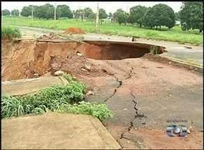 Chuva provoca erosão e cratera se forma em avenida da TO-222 em Araguaína - Chuva provoca erosão e cratera se forma em avenida da TO-222 em Araguaína