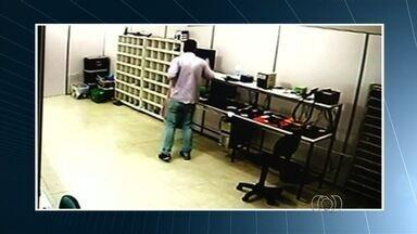 Homem rouba cerca de 70 celulares em menos de 2 minutos em loja de Itumbiara; veja - Polícia investiga ação do criminoso, que ocorreu quando o comércio já havia terminado o expediente.