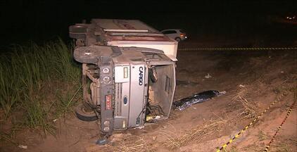 Acidente grave na PB 032 deixa um morto e duas pessoas feridas, na Paraíba - Um caminhão com as vítimas teria perdido o controle e capotado. Segundo a Polícia, o local é conhecido pelos acidentes de trânsito.