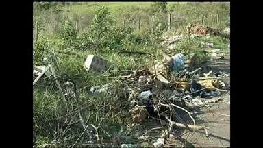 Moradores reclamam de lixo em ruas e margens de rodovias em Marília - Em Marília, pequenos lixões estão espalhados nas regiões afastadas da cidade, porém habitadas. Há lixo nas ruas e também às margens de rodovias. Para quem respeita os princípios de cidadania, a situação incomoda e muito.