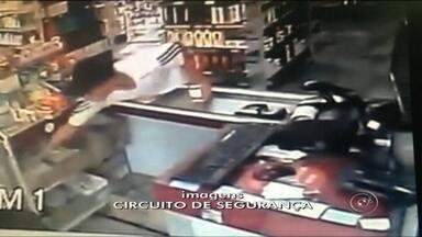 Circuito de segurança flagra furto de celular em farmácia de Araçatuba - A câmera de segurança de uma farmácia em Araçatuba (SP) flagrou um furto de um celular no balcão do estabelecimento após um momento de descuido de uma funcionária. O furto aconteceu na semana passada e o vídeo foi parar nas redes sociais e virou um viral.