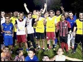 Galera do 'Ranca Toco' aproveita o futebol com bom humor - Time inova ao comemorar gols.
