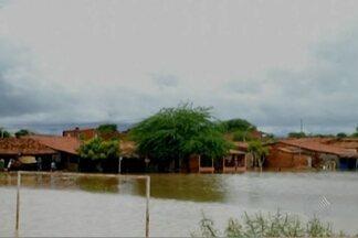 Chuva deixa desabrigados no interior da Bahia; veja no giro de notícias - Em Bom Jesus da Lapa, mais de 600 famílias estão desabrigadas. Já em Itabuna, mais de 100 pessoas estão desalojadas. A chuva também provocou estragos em outras cidades.