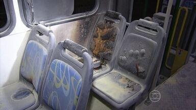 Ônibus é incendiado e duas mulheres ficam feridas no Recife - Dois adolescentes foram apreendidos, suspeitos do crime.