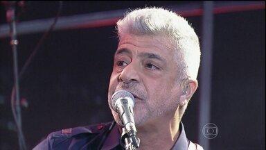 Lulu Santos faz uma linda performance no palco do programa - A pedido de Jô, o cantor apresenta mais uma música