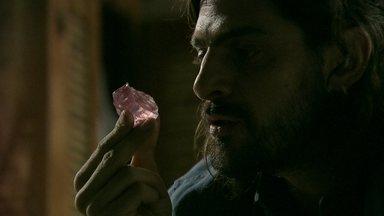 Jairo se encanta com o diamante rosa - Ele lembra do combinado que fez com Cora
