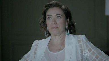 Maria Marta impede que José Pedro fale com Danielle - Zé Pedro fica incomodado. . A jornalista deixa um recado na secretária eletrônica do celular do marido