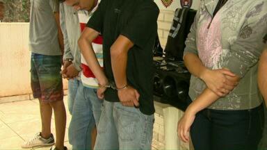 Polícia prende quadrilha que roubava casas na região de Cascavel - Cinco pessoas foram presas. A polícia recolheu vários veículos, dinheiro e armamento