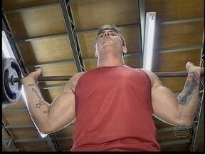 'Fortões' pegam pesado no supino para manter a forma - Praticantes da musculação são destaque no Praticando Esporte