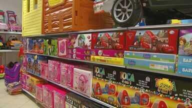 Consumidores vão as lojas em busca de presentes de Natal - Clientes devem ficar atentos a ofertas para adquirir produtos por preço adequado.