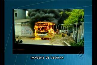 Bandidos atearam fogo em um ônibus no bairro da cabanagem, em Belém - As imagens feitas por um celular mostram o ônibus pegando fogo.