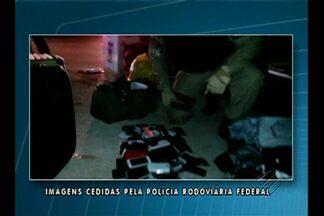 Agentes da PRF apreenderam em Marituba vários celulares e roupas sem documentação fiscal - O flagrante aconteceu na madrugada no km 15 da BR-316, quando os policiais abordaram um ônibus que vinha de Brasília com destino a Belém.