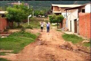 Moradores reclamam da falta de infraestrutura em loteamento na Chapada do Araripe - Calçamento e saneamento básico nunca foram feitos.