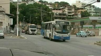 Placa de trânsito gera dúvida em cruzamento em Cachoeiro, no Sul do ES - Detran afirma que o Governo do Estado é responsável pela placa.