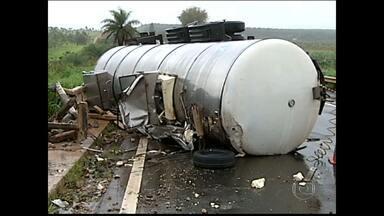 Batida entre carro e caminhão deixa dois mortos no Triângulo Mineiro - Acidente aconteceu na BR-365, em Indianápolis
