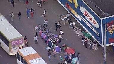 Centro comercial de Taguatinga, no DF, é tomado por camelôs - O Globocop flagrou a quantidade de mercadoria espalhada que ocupa calçadas de ruas de Taguatinga, no DF. Uma viatura da Polícia Militar estava estacionada na região, mas os camelôs não se intimidaram.