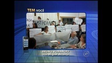 Moradores protestam por mais segurança em São Miguel Arcanjo - Mais de 200 pessoas participaram de um protesto na segunda-feira (24) na Câmara Municipal de São Miguel Arcanjo (SP). Os moradores pediram mais segurança na cidade.
