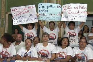 Professores fazem paralisação para pedir aprovação de plano de carreira - Mais de 180 mil alunos ficaram sem aulas nesta terça-feira (25) em Salvador.