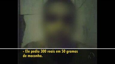 Presos gravam vídeo na cadeia e afirmam que têm acordo com policial - O caso foi na cadeia de Rebouças. No vídeo os presos falam que tinham um acordo com os policiais para receber maconha lá dentro.