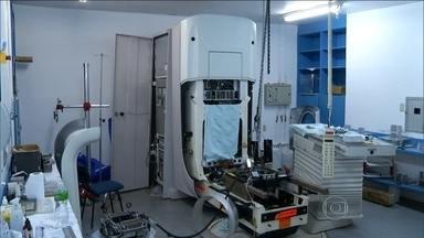 Governo de Tocantins tem 72 horas para dar informações sobre tratamento de radioterapia - A única máquina da rede pública está quebrada há duas semanas e não há prazo para voltar a funcionar. O Ministério Público cobra do governo a volta imediata do atendimento.