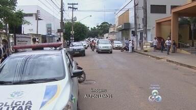 Suspeitos são baleados em tentativa de assalto no centro de Porto Velho - Dois suspeitos de praticar um assalto em frente a uma agência do Banco do Brasil da avenida Dom Pedro II, na região central de Porto Velho, no início da tarde desta terça-feira (25), acabaram baleados na cabeça.