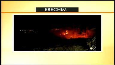 Incêndio assusta moradores do bairro Atlântico em Erechim, RS - Por pouco, as chamas não atingiram casas e indústrias.
