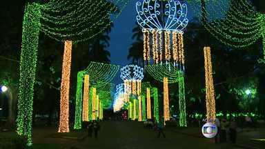 Praça da Liberdade recebe iluminação especial de Natal - As luzes foram testadas nesta segunda-feira (1). A iluminação especial poderá ser vista na praça até o dia 6 de janeiro.