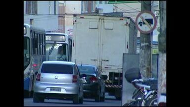 Falta de sinalização causa transtorno em ruas de Cachoeiro, no Sul do ES - Prefeitura informou que faria avaliação em novembro, mas as placas ainda não mudaram.
