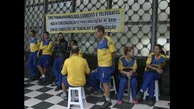 Grupo de carteiros paralisa as atividades em Santa Maria, RS - Eles pedem melhores condições de trabalho em dois prédios da cidade.
