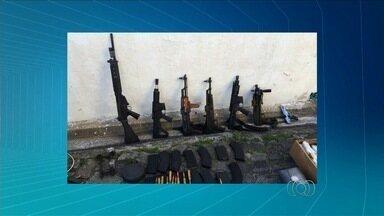 Polícia afirma que presos em SP roubaram carros-fortes em Goiás - Dupla detida portava equipamentos semelhantes aos usados na ação. Quadrilha matou seguranças, explodiu e roubou dinheiro de dois veículos.
