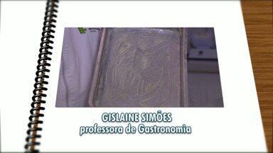 É Simples: Saiba como evitar que seu bolo grude na forma - Quem passa a dica é a professora de gastronomia, Gislaine Simões.