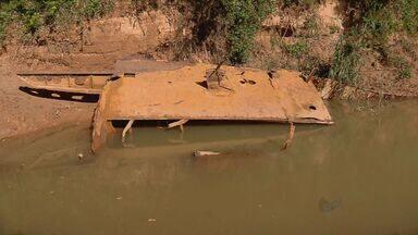 Barco antigo pode ser submerso devido às chuvas - Embarcação encontrada no Rio Grande estava descoberta por causa da seca, mas ainda não foi retirada do local.