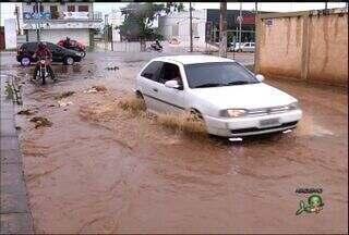 Rua de Juazeiro do Norte ganha o apelido 'pula-pula' por infraestrutura ruim - Moradores reclamam de pista danificada da Rua Manoel Cassimiro, no Bairro Triângulo.