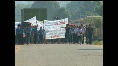 Manifestação tem cortejo fúnebre simbólico de escola em Santarém - Alunos levavam réplica de pequeno caixão com iniciais do nome da escola.