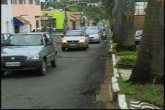 Retirada de baias em avenida de Araxá agrada moradores - Prefeitura contratou 12 funcionários para a retirada das baias.Medida é antiga reivindicação dos comerciantes.
