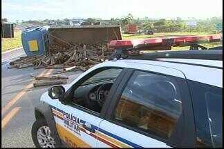 Caminhão carregado com eucalipto tomba na MG-050 em Divinópolis - Motorista foi fechado por um ônibus.Ninguém teve ferimentos; pista teve que ser interditada, mas já foi liberada.