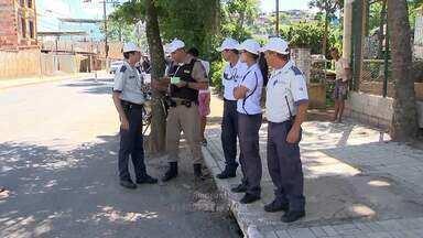 Agentes de trânsito e militares fiscalizam estacionamento irregular em Juiz de Fora - Operação conjunta ocorreu nesta quarta-feira (3), na Avenida Dr. Simeão de Faria. Sete notificações foram registradas.