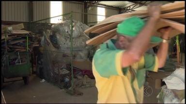 Associação de Catadores de Material Reciclado é inaugurada em São João Del Rei - No local, catadores prensam, embalam e vendem 40 toneladas por mês.Ideia é aumentar capacidade em 50%.
