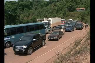 Bloqueio da Transamazônica já dura mais de 24 horas - Passagem de veículos só é liberada de 12 em 12 horas.