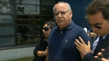 Ex-diretor da Petrobras deixa prisão após determinação do STF - Renato Duque saiu da carceragem da Polícia Federal, em Curitiba, no início da tarde. Ele passou 20 dias preso acusado de envolvimento nos desvios em contratos da Petrobras. O ex-diretor saiu acompanhado de advogados e não quis falar.