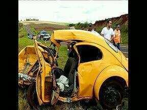 Duas pessoas morrem em acidente na BR 369, no norte pioneiro - O acidente entre um fusca e uma pick up foi entre Cambará e Andirá. Um homem e uma criança de sete anos morreram e outras três ficaram feridas.