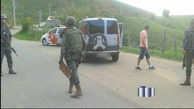 Treinamento do Exército termina com a apreensão de maços de cigarro em Piquete - Durante uma blitz na estrada vicinal dos Marins, um carro com placa de Osasco foi flagrado com vinte caixas de cigarros sem nota fiscal.