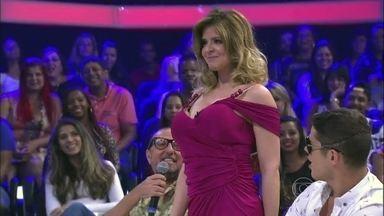 Uau! Mariana Santos usa bomba inflável nos seios - Jurada diverte convidados e plateia ao mostrar atributo