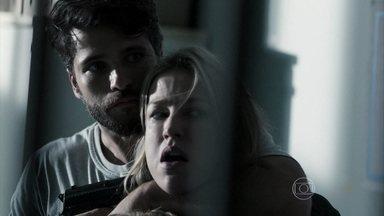 Edu vira o jogo e faz Vera de refém - O serial killer aproveita deslize da policial e aponta uma arma sobre sua cabeça