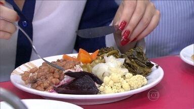 IBGE: 46% dos brasileiros são sedentários - A pesquisa, feita em 80 mil domicílios pelo Brasil, revela que quase 60% das pessoas com mais de 18 anos não comem as porções diárias de frutas, legumes e verduras recomendadas pela Organização Mundial da Saúde. Além disso, 46% estão sedentários.