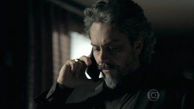 José Alfredo pede para Cristina ir até sua casa - Maria Clara observa Vicente dormir. João Lucas estranha a irritação de seu pai com ele