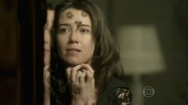 Cora planeja outra noite de amor com José Alfredo - Solteirona desconfia de Josué e quer saber se o motorista se aproveitou dela durante a noite no hotel