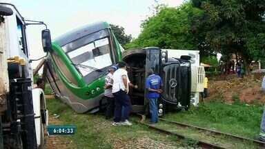Caminhão avança, colide com metrô no Ceará e tira vagão dos trilhos - Segundo o Corpo de Bombeiros., duas pessoas tiveram ferimentos leves.