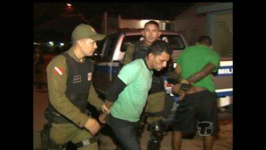 Dupla presa com munições e motocicleta furtada vai para penitenciária - Eles estavam com a moto no bairro Jardim Santarém.